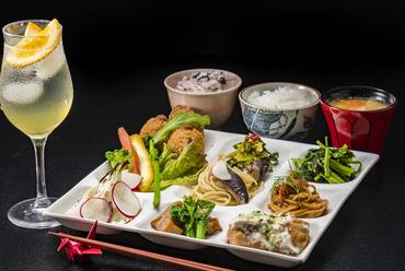 肉、魚、野菜等の日替わり『選べるメイン料理の「無添加・お惣菜食べ放題ランチ」』