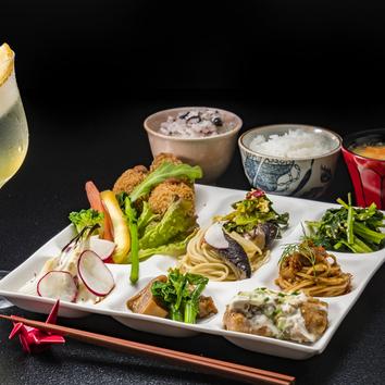 選べるメイン料理の「無添加・お惣菜食べ放題ランチ」