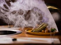肉汁溢れるおいしさ。3種の味わいを盛り合わせた『自家製手づくりソーセージ』