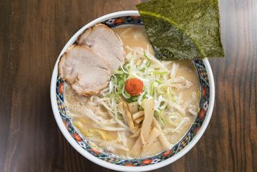 北海道産たまご麺の甘みと旨み、スープのコクがたまらない人気No.1メニュー『白味噌ラーメン』