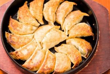 熱々の『鉄なべギョーザ』に柚子胡椒や練り唐辛子をつけて食すのは通の楽しみ