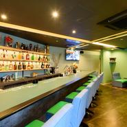 金沢・本江町に2019年春にオープン。和・洋・中の創作料理が自慢で、朗らかな女性店主のもてなしも評判。優しいグリーンの広々空間が心地よく、ランチ&ディナー、バー利用などオールラウンドに楽しめます。