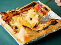 お食事にも、お酒のツマミにも合う新感覚ピザ。何層にも分かれたパイ生地のサクサク食感と、トマトソースやチーズとマッチする程好い甘みが絶品。焼き上がりに30分ほどかかるので、早めのご注文がおすすめ!