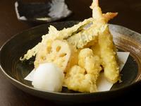 旬の加賀野菜や海鮮をサクッと揚げた『季節の天ぷら盛り合わせ』