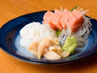 旬の魚介を多彩に盛り込んだ日替わりの『お刺身盛り合わせ』