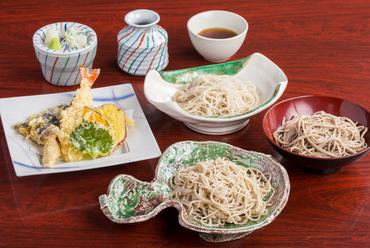 三種類の蕎麦が一度に味わえる『天ざる三昧』に大満足