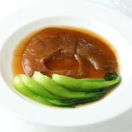 宮城県気仙沼産ヨシキリザメのひれを使用。大きめサイズで、見た目も豪華なフカヒレの姿煮込みです。鶏がらを丁寧に時間をかけて煮込んだ「白湯スープ」の美味しさが体中にしみわたります。