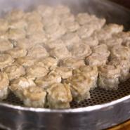 長年愛されてきた【小洞天】の看板料理。肉本来の旨味が口いっぱいに広がり、やみつきになる深い味わいです。歯ごたえの違う2種類の豚肉を絶妙な割合で練り合わせたネタが、特製のオリジナル薄皮で包まれています。