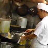「お客様第一に考え、温かいものは温かいうちに、冷たいものは冷たく提供するようにしています」という西條氏。コース料理はホールスタッフと連携して、食べるスピードに合わせて調理してくれます。