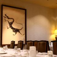 高級感溢れるラグジュアリーな店内。特別な日のディナーなどに人気ですが、ランチメニューや夜の定食もあり、本格的な中華料理を気軽に味わえるのも魅力です。