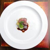 噛むほどに赤身の旨みをしっかりと感じられる『築館関村牧場 漢方和牛のサルタート 久慈の山葡萄ソース』