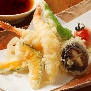 エビ/かぼちゃ/ししとう/しいたけ等さくさく美味い天ぷらの盛り合わせ! ※内容は日によって変わります。
