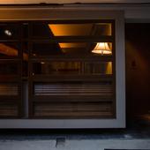 静かな街並みに馴染んだ隠れ家的なカウンターレストラン