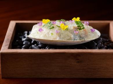 春の貝類をジンリッキーをイメージしたジュレとともに味わう『Gin Rickey』