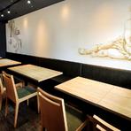 黒と黄色が印象的な入り口から店内に足を踏み入れると広がる、シックな色調の落ち着いた空間。イタリアをイメージさせる壁紙やセンス良くまとめられた内装に、これから味わえる料理への期待が高まります。