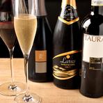 シェフが信頼する店に出向いて味を確かめた、こだわりのワインがずらり。産地はイタリアに限定されています。料理に合うワインを教えてもらったり、自分好みのワインを選んでもらったり、シェフとの会話を楽しんで。