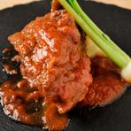 丁寧に下処理されたこだわりの牛ホホ肉をじっくりと煮込んでつくられる贅沢な一皿。豊かな旨味と柔らかいトロトロ食感に思わず笑みがこぼれます。味の決め手となるのは肉のブイヨンが入った自家製トマトソース。