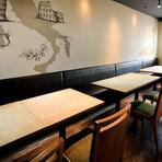 シックで落ち着いた店内には4人掛テーブルが4卓用意され、人数に応じたレイアウトで利用できます。予備テーブルを出せば30名まで収容可能。10名以上で貸切にも応じてくれるなどゲスト第一のもてなしが嬉しい店です。