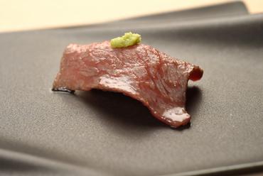 肉そのものが持つ旨みを味わう『黒毛和牛の炙り寿司』