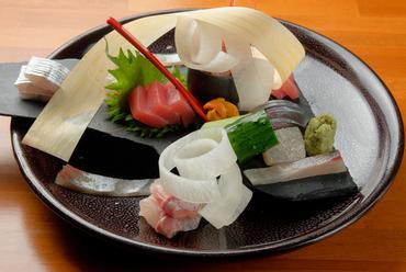 鮮度抜群の季節の魚の刺身を美しく盛り付けた『お造里の盛り合わせ 7種盛』