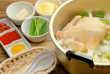 朝曳きの新鮮な地鶏を1羽丸ごと使用した、出汁の利いた『神楽鶏タッカンマリ』