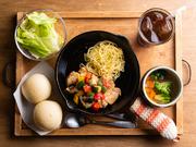 月変わりで楽しめる『スキレットランチ』は、ハンバーグや奥深いトマトソースを使用した鶏肉の煮込みが入った自慢の一品。サラダ、パンorライス、野菜スープがセットになったお得感満載のメニューです。