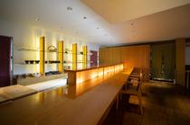 間接照明と木材が温もりを伝えるスタイリッシュな空間