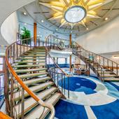 船内とは思えぬ開放的で美しい空間の中で、上質な非日常体験を