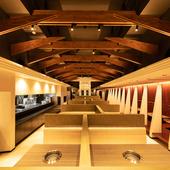 天井が高く開放感ある店内、のんびり絶品肉を味わう