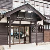 大正時代の重厚な木造校舎の風情を残す、趣あるレストラン