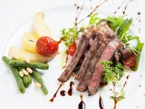 柔らかな肉の旨味を存分に味わえる『群馬県産 牛ロースのタリアータ アチェとバルサミコソース 』