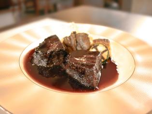 トロける食感が絶品の『和牛ホホ肉の赤ワイン煮』