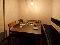 ロールカーテンで仕切られた、個室テーブル席4名2卓