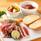 本日の生ハムや厳選チーズを1プレートに。その日の旬を味わえる『前菜盛り合わせ』