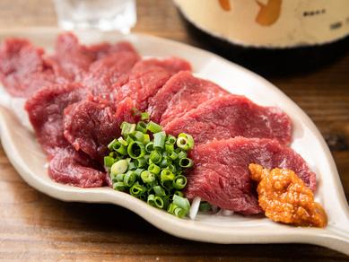 馬肉のおいしさを引き出す自家製の辛味噌で味わう新鮮な『馬刺し』