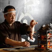 日本古来の炭火で焼く「原始焼き」で、旬の素材の滋味を引き出す