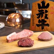 """地元のブランド肉や、日本各地で獲れた新鮮な""""海の幸""""に舌鼓"""