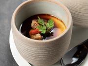 洋×和がフュージョンした創作料理。出汁が香る「茶碗蒸し」の上に、濃厚な「フォアグラ」をトッピング。仕上げに「バルサミコソース」をかけていただきます。三位一体のマリアージュを堪能できる一品です。