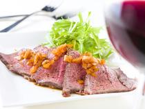 大迫力の塊肉を低温でじっくりと焼き上げる『自家製国産牛ローストビーフ』