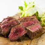 国産の赤身の牛肉を使用。表面を香ばしく焼き上げ、レアに仕上げているので、柔らかさがたまりません。女性にも嬉しい、ヘルシーで柔らかく旨みたっぷりの一品です。