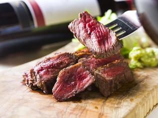表面を香ばしく焼き上げ、レアに仕上げた『赤身肉のステーキ』