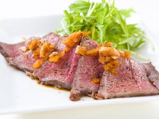 大迫力の塊肉を低温でじっくりと焼き上げる。こだわりの国産牛