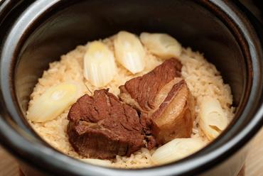 奥深い2種類の出汁が効いた『土鍋炊き込みご飯~豚の角煮バージョン(要予約)』