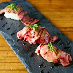 肉寿司を赤字覚悟の食べ放題でご提供!肉バルならではの厳選肉寿司をお楽しみください♪