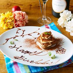 カテリーナ自慢の料理でおもてなし。最後に主役のお客様には感動サプライズを!