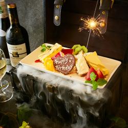 宝箱を開けてびっくり!中には感動のホールケーキ!主役のお客様へのサプライズにおすすめです。