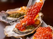 「海宝漬」にインスピレーションを受けた一品。牡蠣の上にウニ、アワビ、メカブをのせ、最後にゲストの目の前で、イクラをたっぷり乗せてくれます。見ても楽しく、食べて美味しい人気の料理です。