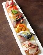 先ずは絶対これです。今日の新鮮全部盛り! カツオ・ブリ・サバなど全て違った味付けの旬の鮮魚の下には、7種類の野菜マリネが隠れています。  ハーフサイズ:1,500円