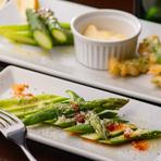 契約している農家から直送した野菜も自慢。旬のものをふんだんにあしらった一皿でいただきます。例えば春は『アスパラのカルパッチョ」、夏には『トマトのマリネ』など、春夏秋冬の野菜を味わえます。