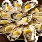 石巻市・雄勝湾で獲れた「牡蠣」。付き合いのある漁師から直送してもらった新鮮なもののみを仕入れており、一年を通して味わえるのも嬉しいポイント。磯の香りと濃厚でミルキーな食感、深いコクを堪能できます。
